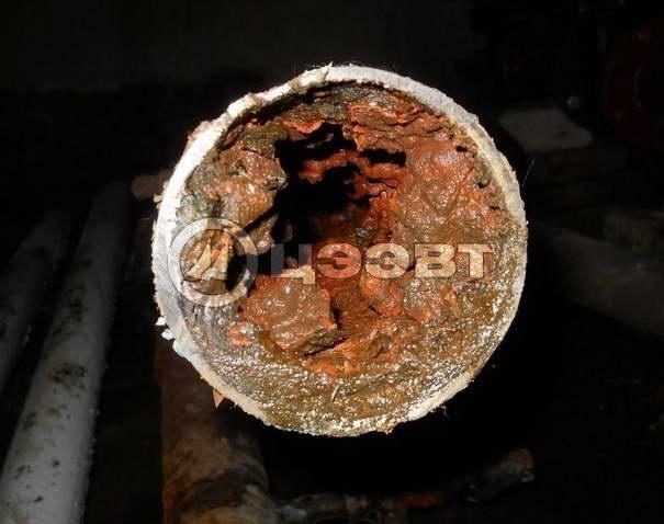 Участок трубы с ярко выраженным заиливанием